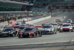 Start: #17 Audi Sport Team WRT Audi R8 LMS: Stuart Leonard, Stéphane Ortelli, Laurens Vanthoor aan d
