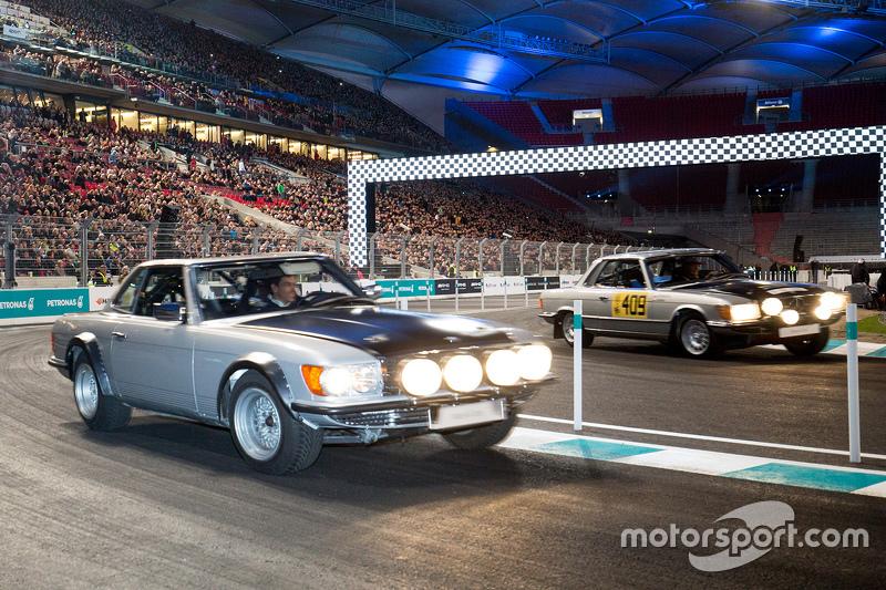 Toto Wolff pilota um Mercedes clássico
