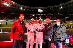 Ola Källenius, membre du directoire de Daimler AG, Nico Rosberg, Mercedes AMG F1, Lewis Hamilton, Mercedes AMG F1, Prof. Dr. Thomas Weber, membre du directoire de Daimler AG et Niki Lauda