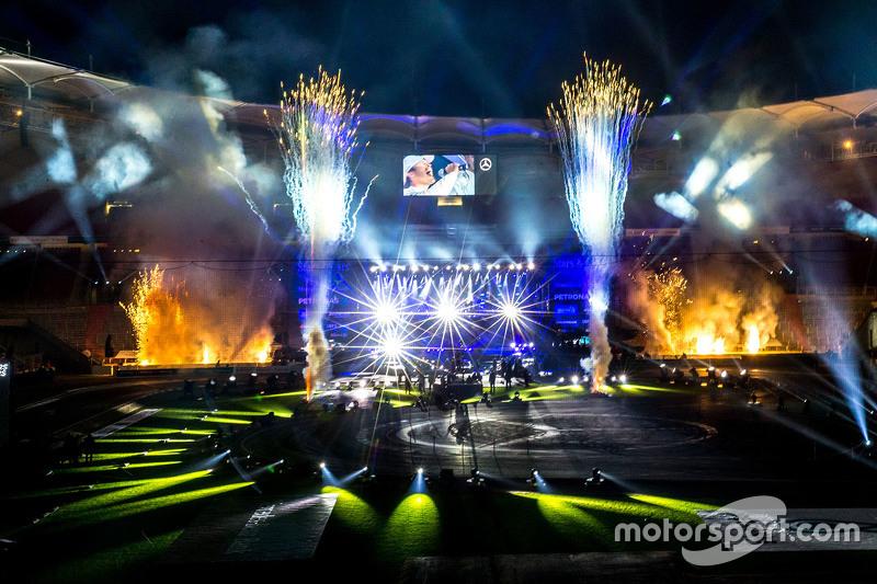 Fogos de artifício dão colorido à festa