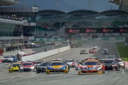 Start: #1 Clearwater Racing Ferrari 458 GT3: Mok Weng Sun, Gianmaria Bruni, Matt Griffin, James Cala