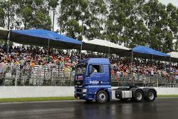 Fãs acompanham Fórmula Truck mesmo debaixo de chuva em Londrina
