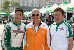 张昊鹏(左)与澳门国际格兰披治卡丁车大赛官员合影