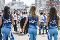 FanBoost, ragazze ai box