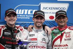 Подиум: победитель гонки - Хосе-Мария Лопес, Citroën World Touring Car team, второе место - Норберт