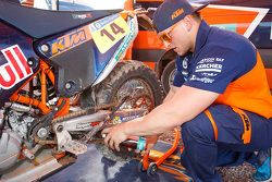 Un mécanicien KTM