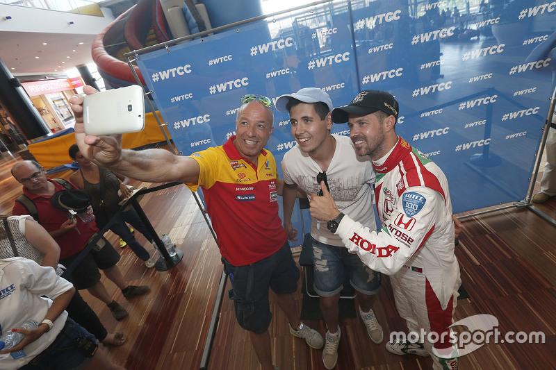 Tom Coronel, ROAL Motorsport dan Tiago Monteiro, Honda Racing Team JAS dengan fans
