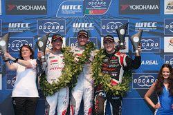Podium: el ganador de carrera, José María López, Citroën World Touring Car team, segundo, Sébastien