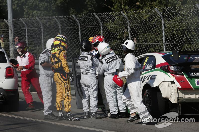 Tiago Monteiro, Honda Civic WTCC, Honda Racing Team JAS dan Jaap van Lagen, Lada Vesta WTCC, Lada Sport Rosneft crash