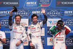 Podium: El ganador de la carrera, Ma Qing Hua, Citroën World Touring Car team, segundo Yvan Muller,