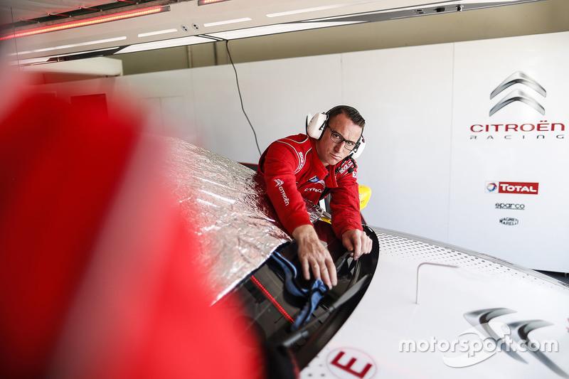 Mekanik tim Citroën World Touring Car saat bekerja
