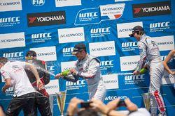 Подиум: победитель гонки Хосе-Мария Лопес, Citroën C-Elysée WTCC, Citroën World Touring Car team