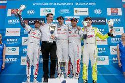 Podio: ganador de la carrera Yvan Muller, Citroën C-Elysee WTCC, Citroën World Touring equipo del co