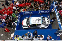 Podium:el ganador Sébastien Loeb, Citroën C-Elysée WTCC, Citroën World Touring Car team, segundo Jos