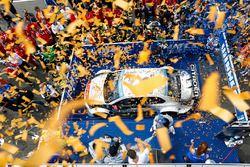 Подиум: победитель гонки - Себастьен Лёб, Citroën C-Elysée WTCC, Citroën World Touring Car team, вто