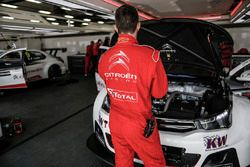Citroën World Touring Car team mechanics at work