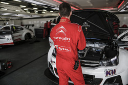 Citroën World Touring Car team mechanics at work