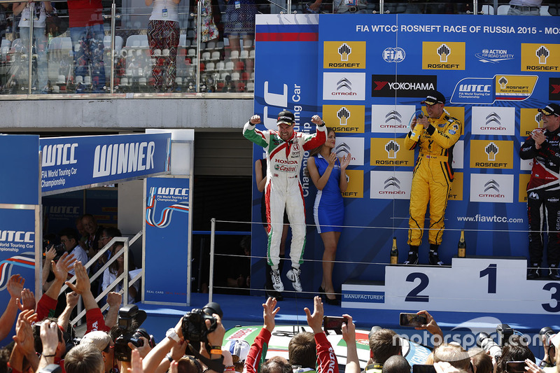 Podium: race winner Tiago Monteiro, Honda Civic WTCC, Honda Racing Team JAS