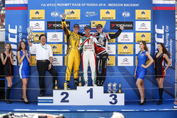 Podium: race winner Tiago Monteiro, Honda Civic WTCC, Honda Racing Team JAS, second place Rob Huff,