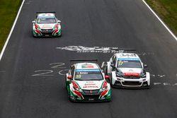 Tiago Monteiro, Honda Civic WTCC, Honda Racing Team JAS and Jose Maria Lopez, Citroën C-Elysee WTCC,