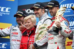 Podium: race winner Yvan Muller, Citroën C-Elysee WTCC, Citroën World Touring Car team, second place Jose Maria Lopez, Citroën C-Elysee WTCC, Citroën World Touring Car team, third place Tiago Monteiro, Honda Civic WTCC, Honda Racing Team JAS