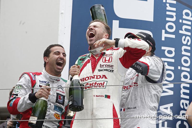Podium: race winner Yvan Muller, Citroën C-Elysee WTCC, Citroën World Touring Car team, third place