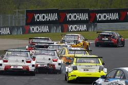 Ma Qing Hua, Citroën C-Elysée WTCC, Citroën World Touring Car team and Rob Huff, Lada Vesta WTCC, Lada Sport Rosneft crash