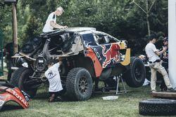 Les mécaniciens Peugeot Sport au travail