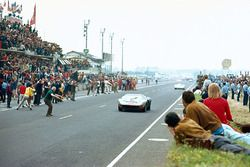 Jacky Ickx, Jackie Oliver, J. W. Automotive Engineering Ltd., Ford GT40, takes the chequered flag