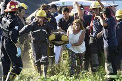 Эвакуация пострадавших после аварии Гуо Мейлин