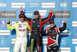 Podium: tom Chilton, Chevrolet RML Cruze TC1, ROAL Motorsport, Hugo Valente, Chevrolet RML Cruze TC1, Campos Racing and Norbert Michelisz, Honda Civic WTCC, Zengo Motorsport