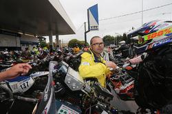 El convoy de motos para en una estación de gasolina.