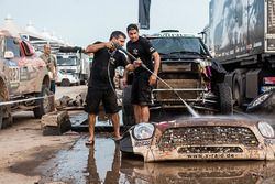 X-Raid Takımı mekanikerleri Mini'yi temizliyor