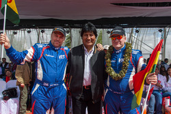 #307 Toyota: Vladimir Vasilyev, Konstantin Zhiltsov mit dem Präsidenten von Bolivien, Evo Morales