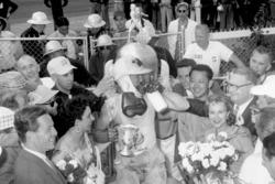 Ganador de la carrera Pat Flaherty
