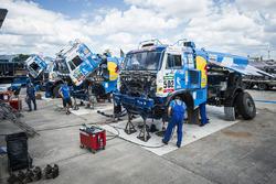 Mecánicos del Team KAMAZ Master trabajan en el día de descanso del Rally Dakar