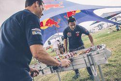 Nasser Al-Attiyah e Matthieu giocano a biliardino