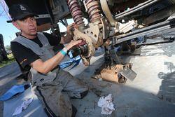 De Rooy Takımı mekanikeri çalışıyor
