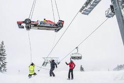 La Red Bull RB7 arrive par hélicoptère
