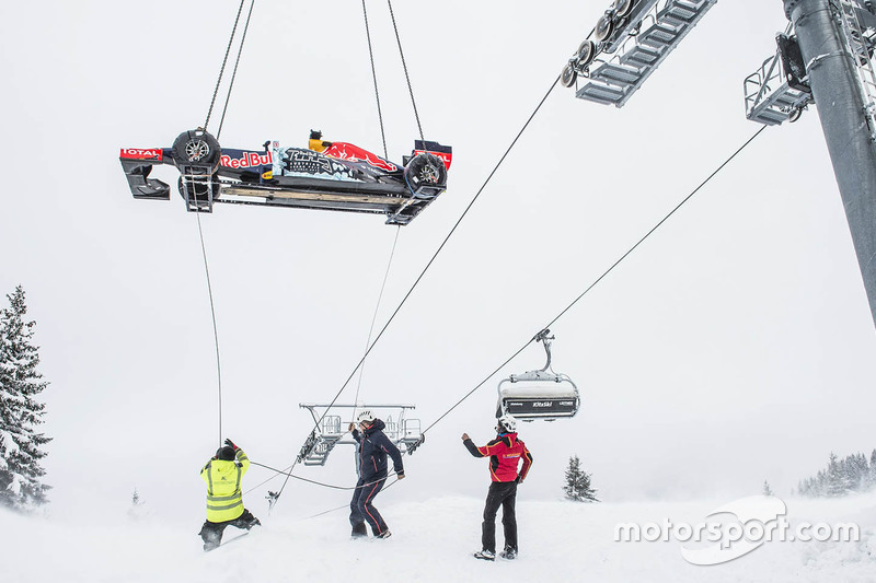 10. Red Bull RB7 llega en helicóptero