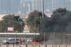 #16 Black Falcon Mercedes SLS AMG GT3: Adam Christodoulou, Oliver Webb, Patrick Assenheimer, Oliver Morley, Frank Montecalvo se incendia en la pista