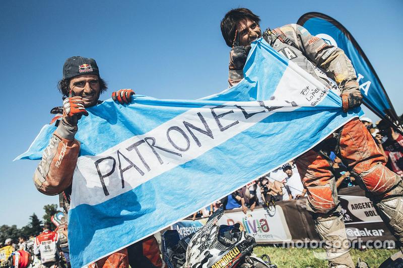 Ganador de la categoría Quad Marcos Patronelli y su hermano Alejandro Patronelli celebran