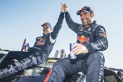 Ganadores de la categoría de auto #302 Peugeot: Stéphane Peterhansel, Jean-Paul Cottret