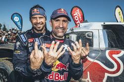 Ganador de la categoría de autos Stéphane Peterhansel con su compañero de equipo Cyril Despres, Peug