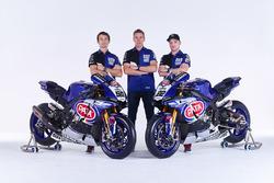 Sylvain Guintoli y Alex Lowes con Paul Denning, Pata Yamaha director del equipo