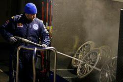 Volkswagen Motorsport Mechaniker wäscht die Reifen