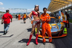 #3 Clearwater Racing McLaren 650S GT3: Weng Sun Mok, Rob Bell, Keita Sawa met grid girls