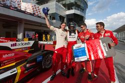 2015-2016赛季LMP2组冠军:尼古拉斯·鲁特怀勒和其队友奥利弗·韦布庆祝