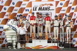 GT podium: ganadores Jeffrey Lee, Alessio Picariello, Christopher Mies, Absolute Racing, segundo lugar, Junsan Chen, Nobuteru Taniguchi, Ollie Millroy, Team AAI, terceros, Weng Sun Mok, Rob Bell, Keita Sawa, Clearwater Racing