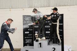 Course 3, le podium : le vainqueur Lando Norris, le deuxième Brendon Leitch, et le troisième Artem Markelov